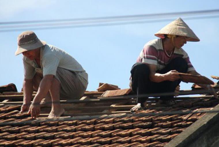 Tháo mái nhà cũ để thi công mái tôn