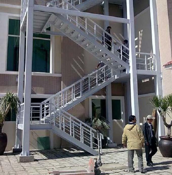 Cầu thang sắt thoát hiểm 3