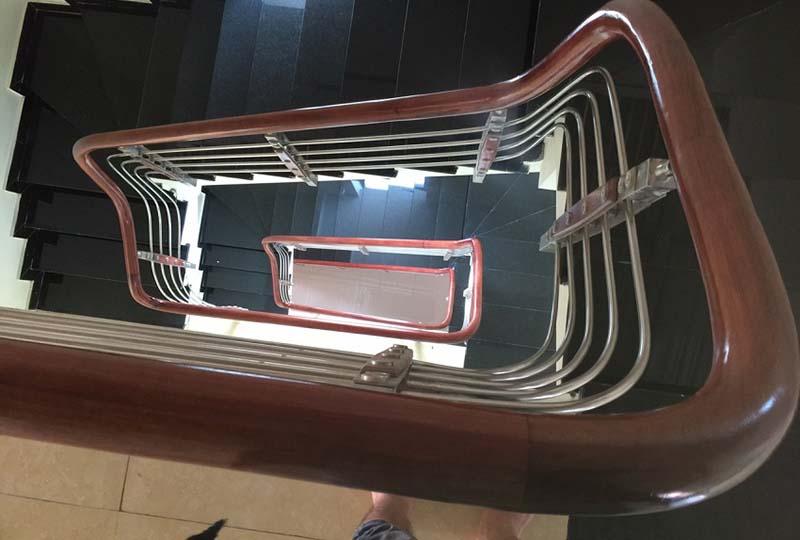 Cầu thang inox tay vịn gỗ 1