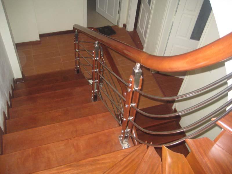 Cầu thang inox tay vịn gỗ 3