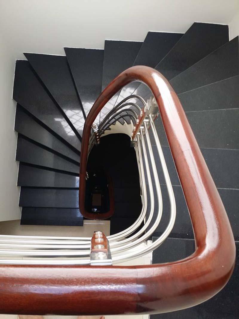 Cầu thang inox tay vịn gỗ 4