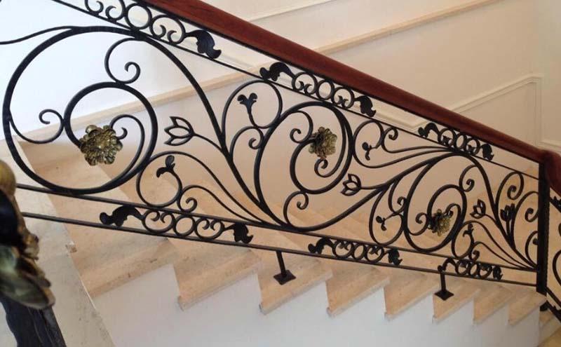 Cầu thang sắt nghệ thuật tay vịn gỗ 1