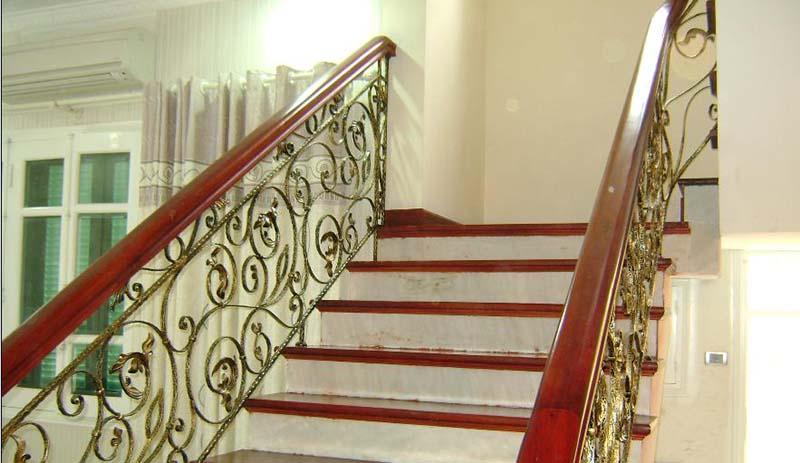 Cầu thang sắt nghệ thuật tay vịn gỗ 10