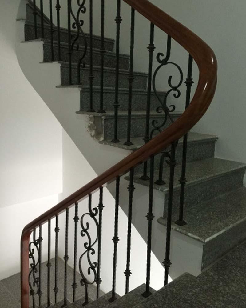 Cầu thang sắt nghệ thuật tay vịn gỗ 11