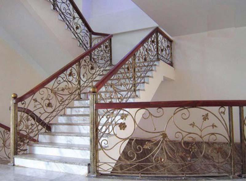 Cầu thang sắt nghệ thuật tay vịn gỗ 13