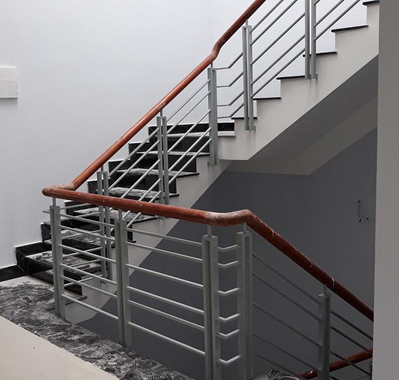 Cầu thang sắt nghệ thuật tay vịn gỗ 20