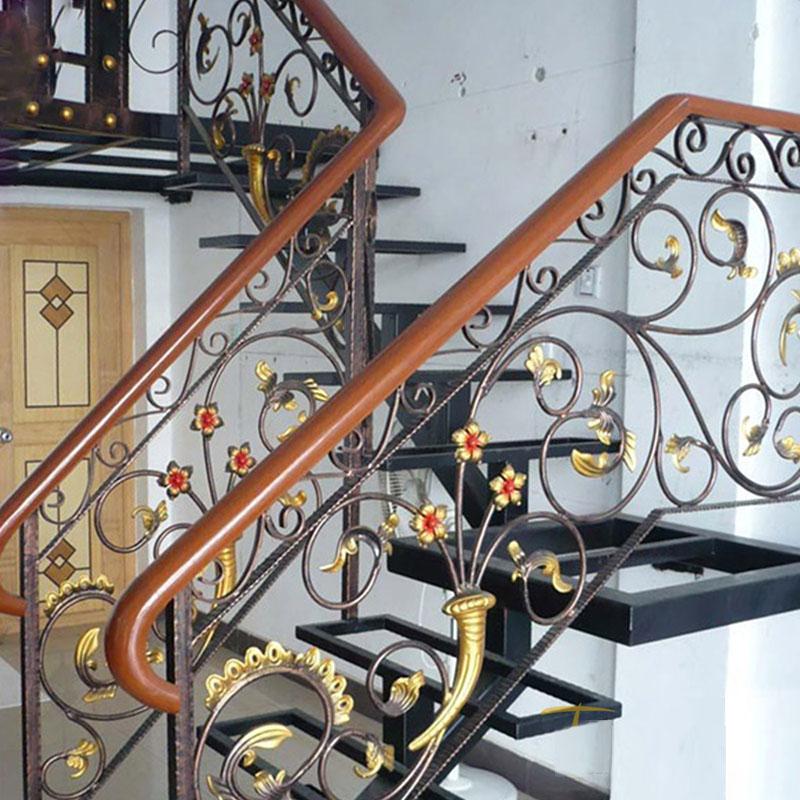 Cầu thang sắt nghệ thuật tay vịn gỗ 22