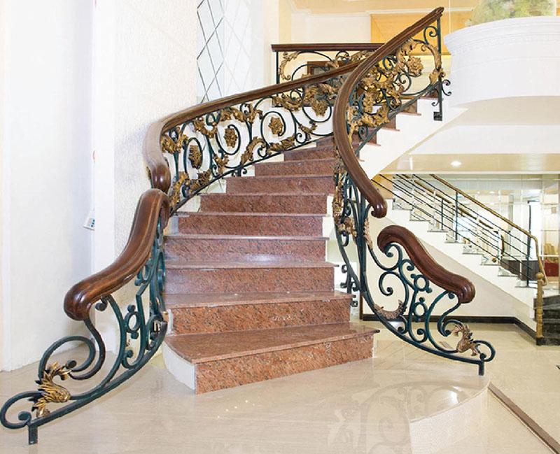 Cầu thang sắt nghệ thuật tay vịn gỗ 26