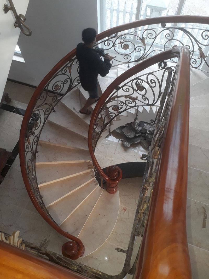 Cầu thang sắt nghệ thuật tay vịn gỗ 29