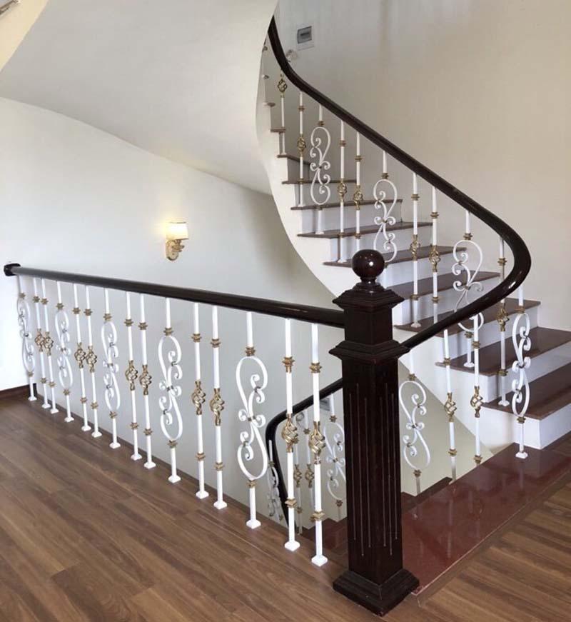 Cầu thang sắt nghệ thuật tay vịn gỗ 3