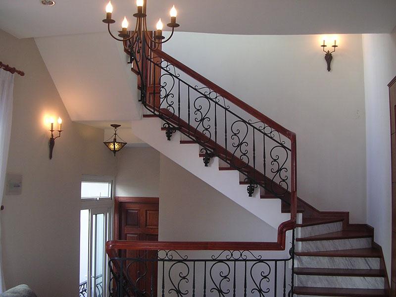 Cầu thang sắt nghệ thuật tay vịn gỗ 30
