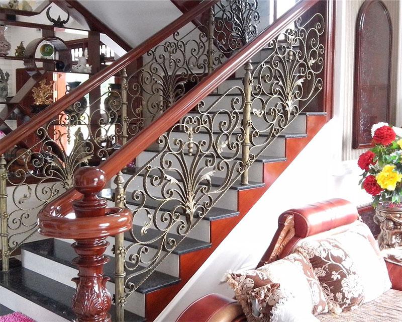 Cầu thang sắt nghệ thuật tay vịn gỗ 32