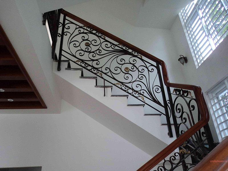 Cầu thang sắt nghệ thuật tay vịn gỗ 33