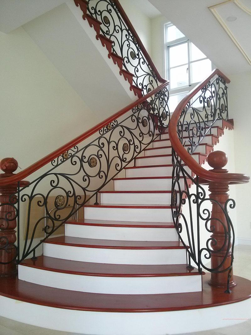Cầu thang sắt nghệ thuật tay vịn gỗ 34