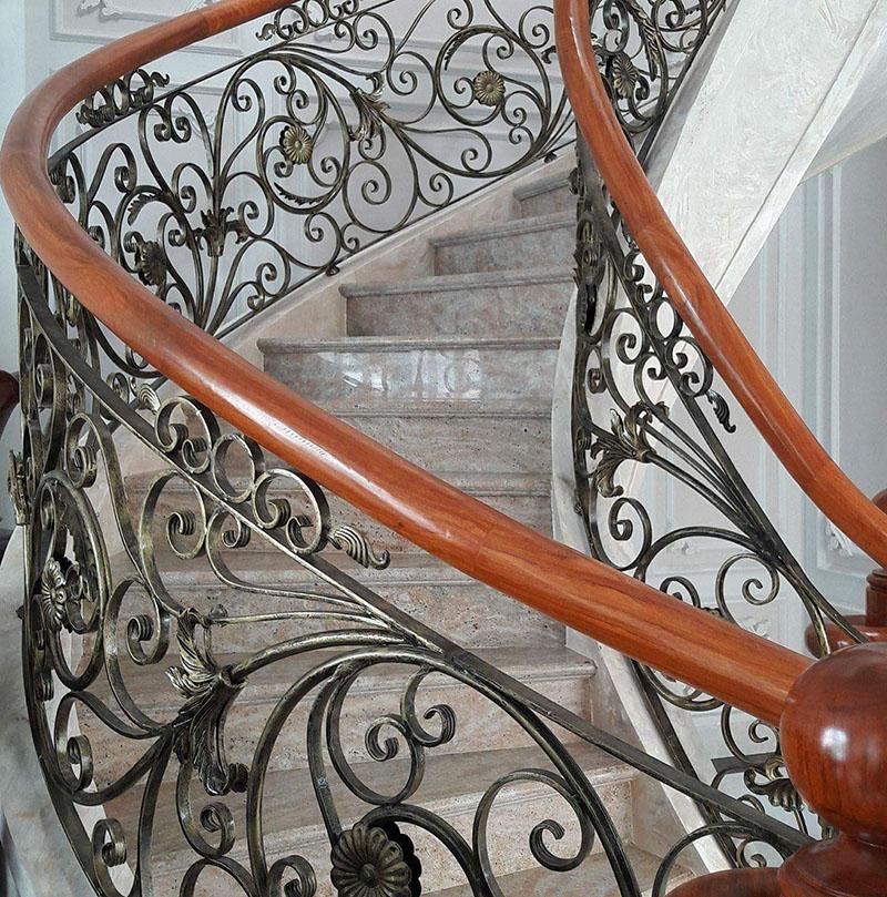 Cầu thang sắt nghệ thuật tay vịn gỗ 36