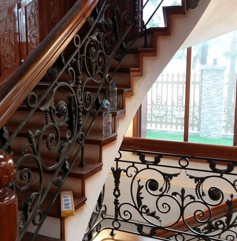 Cầu thang sắt nghệ thuật tay vịn gỗ 37