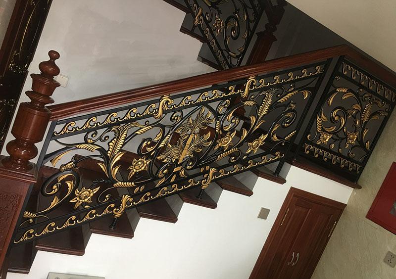 Cầu thang sắt nghệ thuật tay vịn gỗ 38