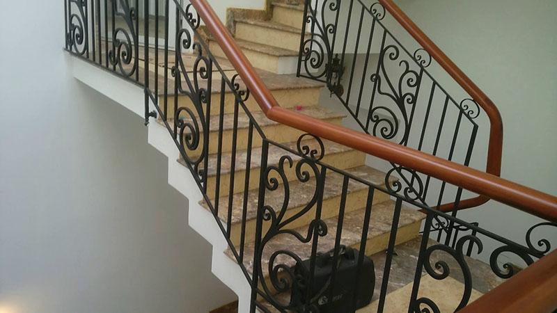 Cầu thang sắt nghệ thuật tay vịn gỗ 39