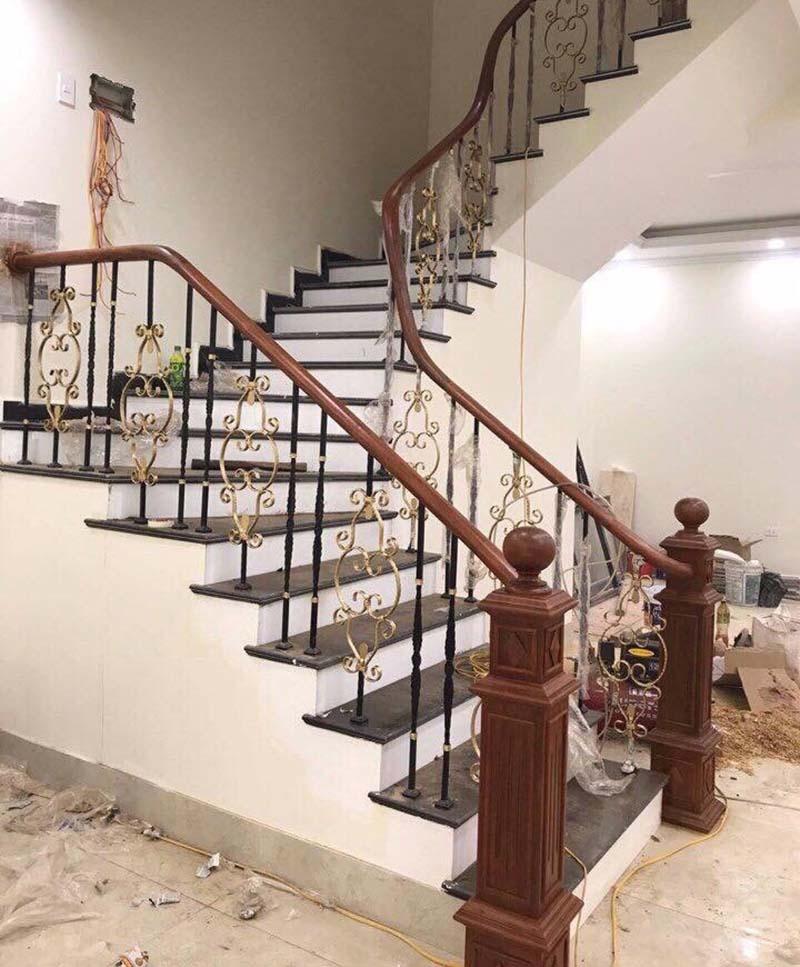 Cầu thang sắt nghệ thuật tay vịn gỗ 4