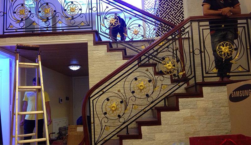 Cầu thang sắt nghệ thuật tay vịn gỗ 41
