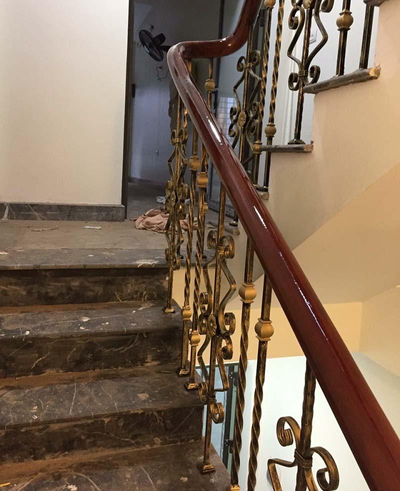 Cầu thang sắt nghệ thuật tay vịn gỗ 5