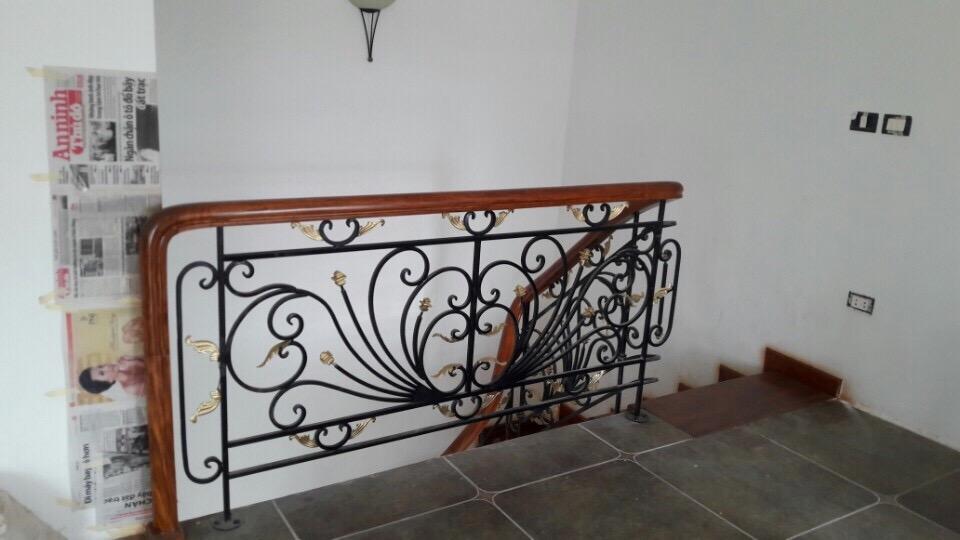 Cầu thang sắt nghệ thuật tay vịn gỗ 7