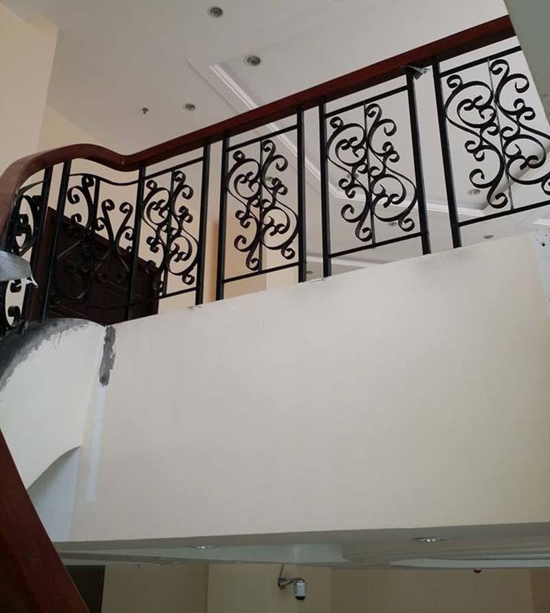 Cầu thang sắt nghệ thuật tay vịn gỗ 9