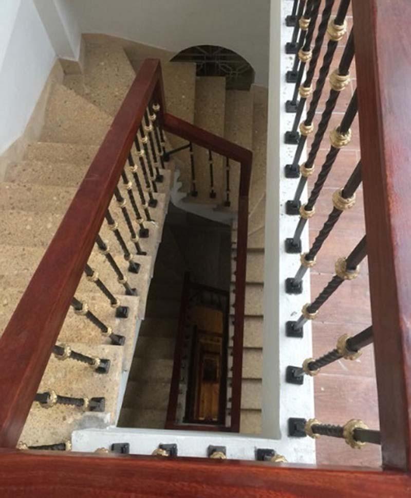 Cầu thang sắt tay vịn gỗ 1