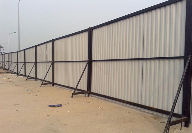 Mặt sau hàng rào tôn công trường