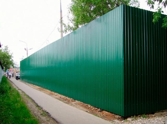 Mặt trước hàng rào tôn công trường