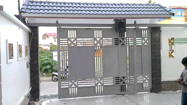 cổng sắt lùa treo bên ngoài 2