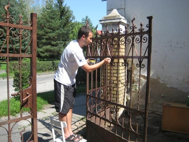 loại bỏ lớp sơn cũ trên cửa sắt